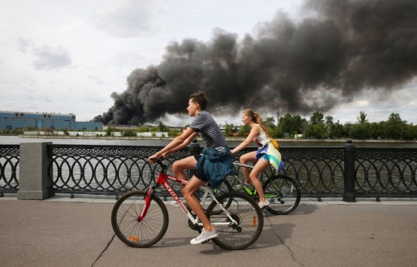 Бывшее здание завода ЗИЛ горит в Москве
