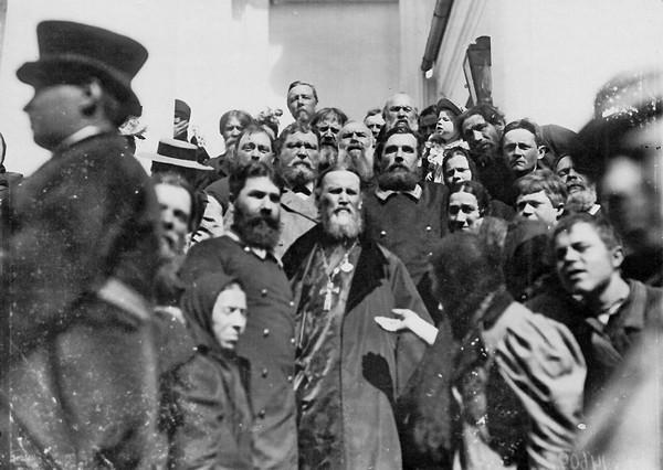 Протоиерей Иоанн Кронштадтский среди прихожан при выходе из храма