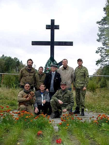 Фото на память у мемориала на месте основного захоронения. Фото: bergenschild.ru