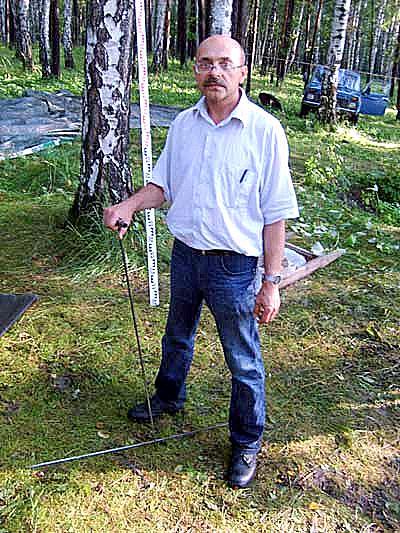 Леонид Вохмяков демонстрирует свой метод поиска Фото: bergenschild.ru