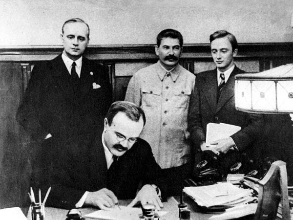 Молотов подписывает пакт 23 августа 1939 года. Фото Н.Акимова