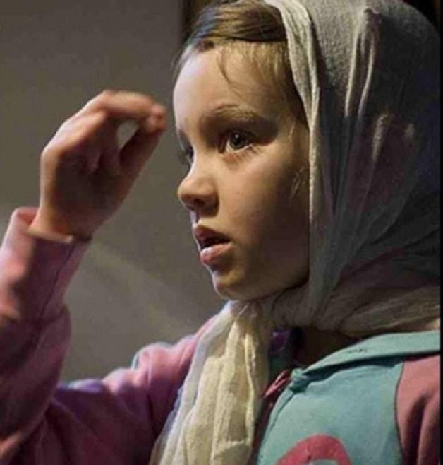 Молитва - что это?</p> <p> Виды молитв и значение молитвы в православии&#187; title=&#187;Молитва &#8212; что это? Виды молитв и значение молитвы в православии&#187; style=&#187;float: left; margin: 0 10px 5px 0;&#187; class=&#187;&#187;/></p> <p>Каждое внешнее обнаружение молитвы имеет свой смысл и значение, поэтому оно и зависит от характера молитвы. Так, хвалебной молитве более приличествует стояние, ибо здесь уста изливают пред Богом, главным образом, полноту сердечной радости; благодарственной – поклоны, как это бывает и в жизни обыденной.</p> <p> Просительно-покаянной молитве свойственны формы, выражающие сокрушение молящегося и его взывание к Божией помощи. Такими знаками могут быть: поднятие рук к Богу, наклонение головы, преклонение колен, плач и прочее.</p> <p>Самым обычным и наиболее употребительным положением при всякой молитве служит <strong>стояние</strong>. По свидетельству святителя Иоанна Златоуста, в древние время христиане стояли и при частной, и при общественной молитве.</p> <p>Важнейшим молитвенным знаком является <strong>крестное знамение</strong>. Им всякая молитва начинается, сопровождается и им же заканчивается.</p> <p> Крестное знамение всегда должно предшествовать <strong>поклону</strong> как поясному, так и земному. При этом необходимо следить за тем, чтобы крестное знамение совершалось до поклона: крестным знаменем мы как бы ставим перед собой изображение креста и затем творим поклон Распятому на нем Господу.</p> <p> Если же оно творится вместе с поклоном, то мы будем как бы бросать крест на землю, что граничит уже с богохульством (хотя и не сознательным).</p> <p>Внешняя сторона молитвы необходима. Но она не должна поглощать внутренней: обе они должны так органически тесно соединяться между собою, как душа человеческая с телом.</p> <p> Одна телесная молитва без внутренней – это тело без души. &laquo;Кто молится телесно и не имеет еще духовного разума, – говорит преподобный Марк Подвижник, – тот подобен слепому&raquo;. Одна наружная молит