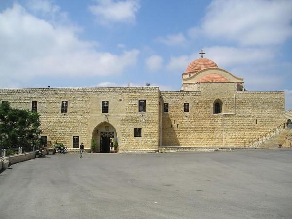 На фото: монастырь до боев
