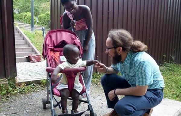 Темнокожую женщину с грудным ребенком силой выбросили из маршрутки в Ужгороде