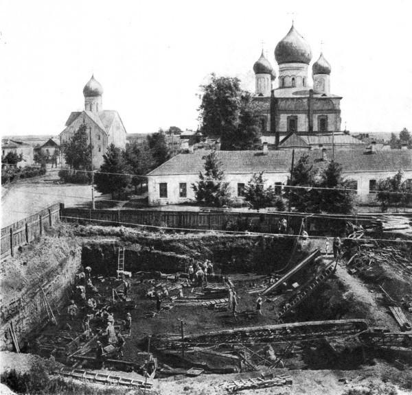 Общий вид раскопок в Новгороде. 1964 г.