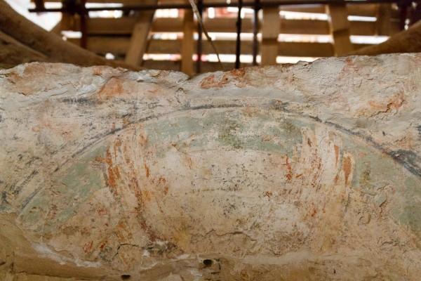 В сводах обнаружены небольшие фрагменты росписей - часть крыла серафима