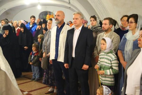 Андрей Анисимов (в центре) во время освящения