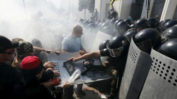 Десять раненых в столкновениях под Верховной Радой правоохранителей в тяжелом состоянии, один погиб – МВД Украины