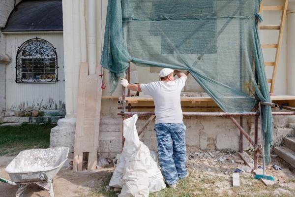 Сейчас в работе реставраторов - шумный и грязный этап, ломаются надстроенные кирпичные стены, вывозится мусор