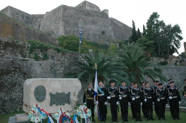 Памятник Ушакову около крепости острова Корфу