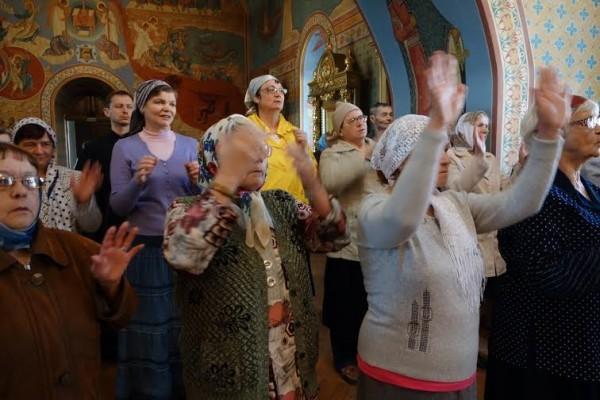 Пение людей в храме
