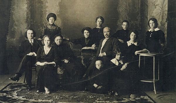 Анастасия Золотурина (средний ряд, вторая слева) с бабушкой, родителями, двумя братьями, пятью сестрами и, возможно, женихом. Шадринск. 1908 г.
