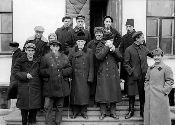 Комиссия по вскрытию мощей в Кафедральном соборе. 1920-е гг.