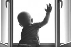 Московские полицейские спасли трехлетнего ребенка, едва не выпавшего из окна