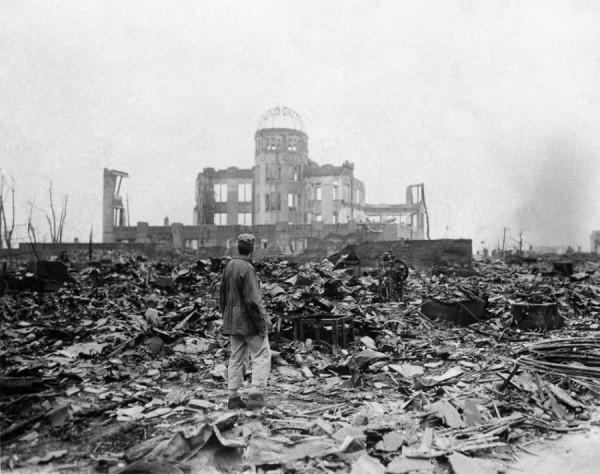 Человек смотрит на руины, оставшиеся после взрыва атомной бомбы в Хиросиме