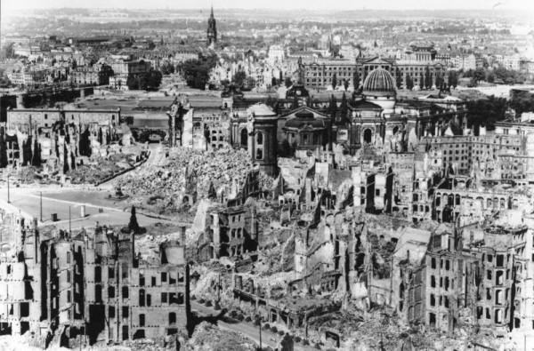 Вид разрушений в Дрездене. Фото из немецких архивов, 1945 год