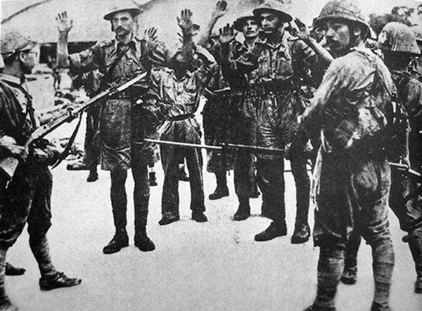 Британские солдаты сдаются японским войскам в Сингапуре