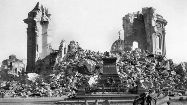 Один из главных символов Дрездена - Фрауэнкирхе - была разрушена в ходе бомбардировки в прямом смысле слова до основания