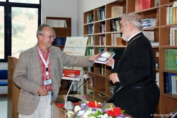Алексей Бодров вручает митрополиту Пергамскому Зизиуласу его книгу, изданную в ББИ