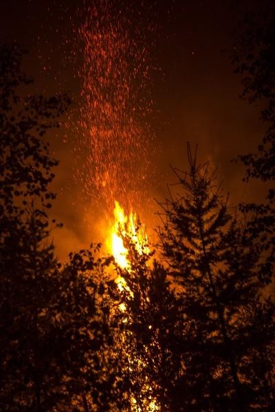 Бурятия. Искры лесного пожара разлетаются на большое расстояние