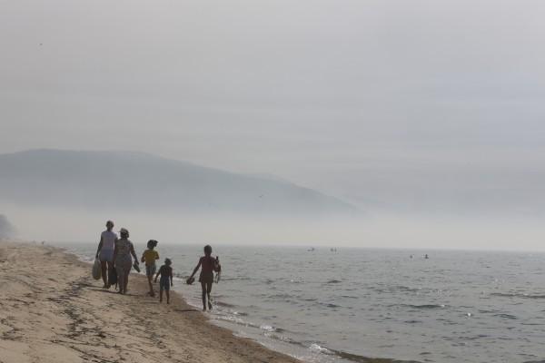 Отдыхающие на озере Байкал, затянутом дымом от лесных пожаров