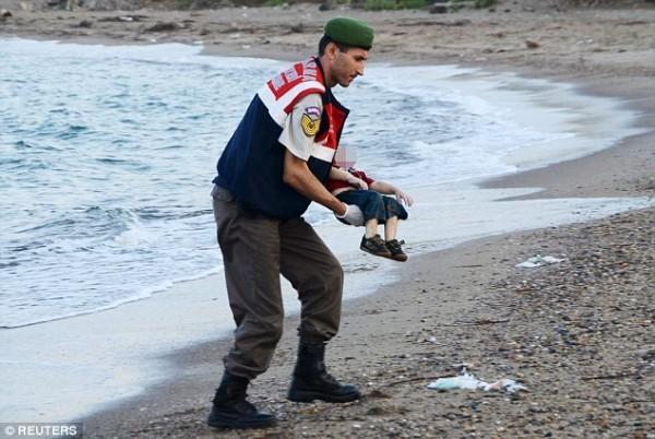 Трехлетний сирийский мальчик погиб с братом и матерью, пытаясь добраться до Греции