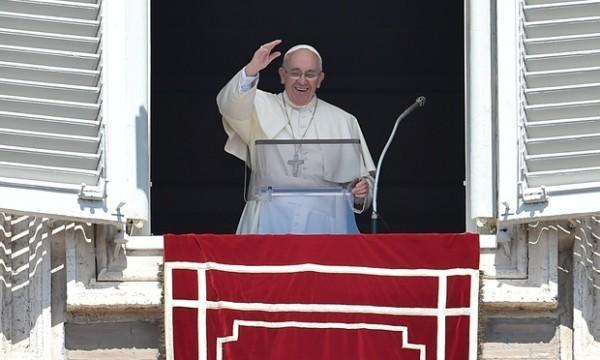 Папа Римский призвал всех спасать беженцев, которые прибывают в Европу