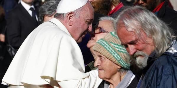 Папа Римский не стал обедать с сенаторами США, а разделил обед с бездомными
