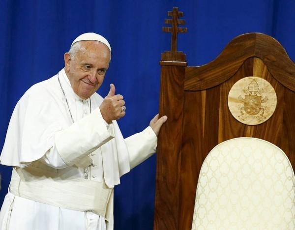 Американские заключенные подарили Папе стул