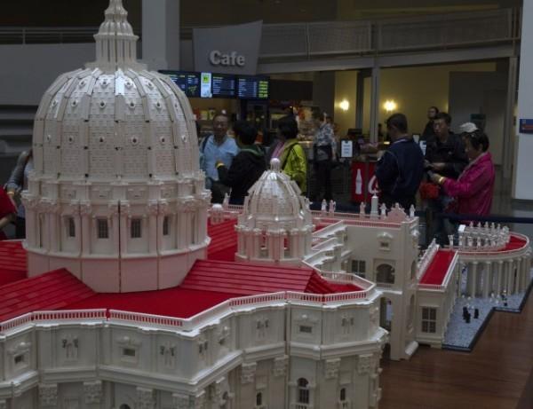 Американский священник построил из Lego мини-копию Ватикана