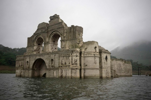 Старинный храм появился в результате обмеления водохранилища в Мексике