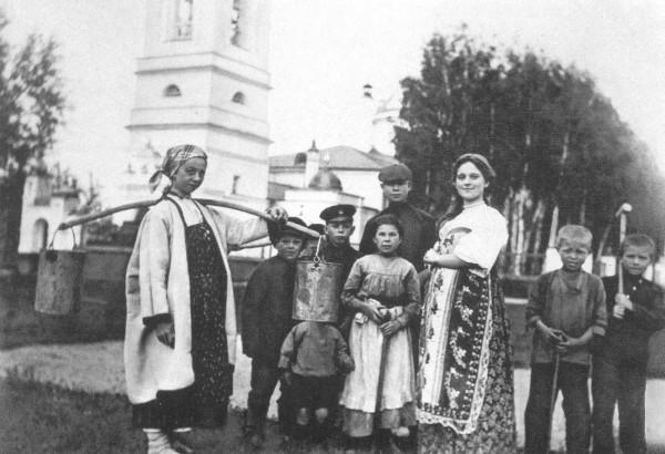 Сергей Есенин (во втором ряду справа) с односельчанами. 1909 или 1910 год