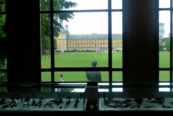 Вид на Боннский университет из музея Античности