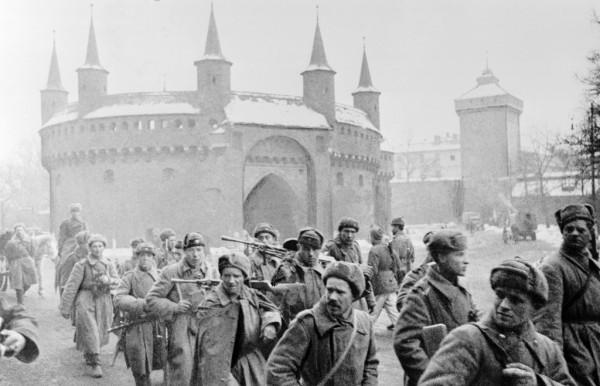 Первые советские пехотинцы на улицах Кракова, январь 1945 года
