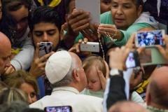 Папа Римский встретился с цыганами-паломниками