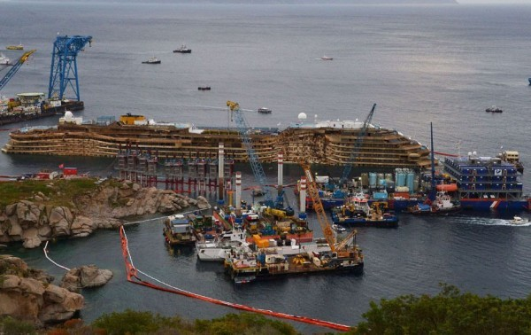 Подъем судна Costa Concordia. Фото: bullfax.com