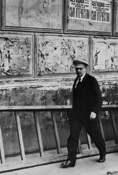 Владимир Ленин направляется в Большой театр на участие в очередном заседании 5-русского съезда Советов. Москва, 5 июля 1918 года.