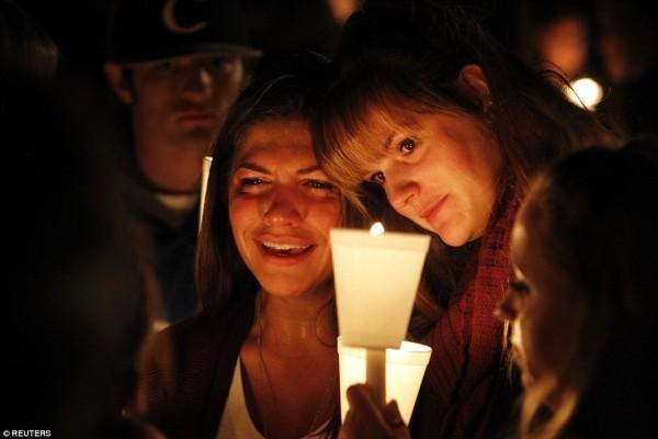 Люди зажигают свечи через несколько часов после Орегонской трагедии. Фото Reuters