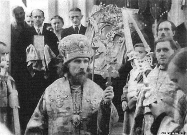 Крестный ход с Тихвинской иконой Божией Матери. На переднем плане – епископ Рижский Иоанн (Гарклавс). Германия. 1947 г.