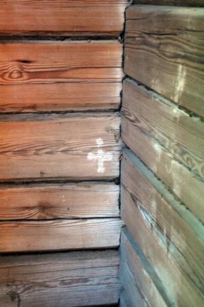 В хорошо сохранившейся крытой паперти – отпечаток Креста