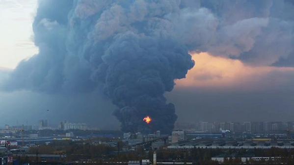 Крупный пожар произошел в промзоне Парнас в Петербурге