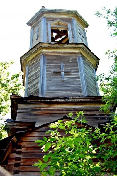 Колокольня храма-именинника еще держится