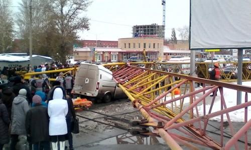 Четыре человека погибли после падения башенного крана на автомашины в Омске