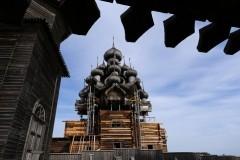 Первый отреставрированный купол установили на церковь в Кижах