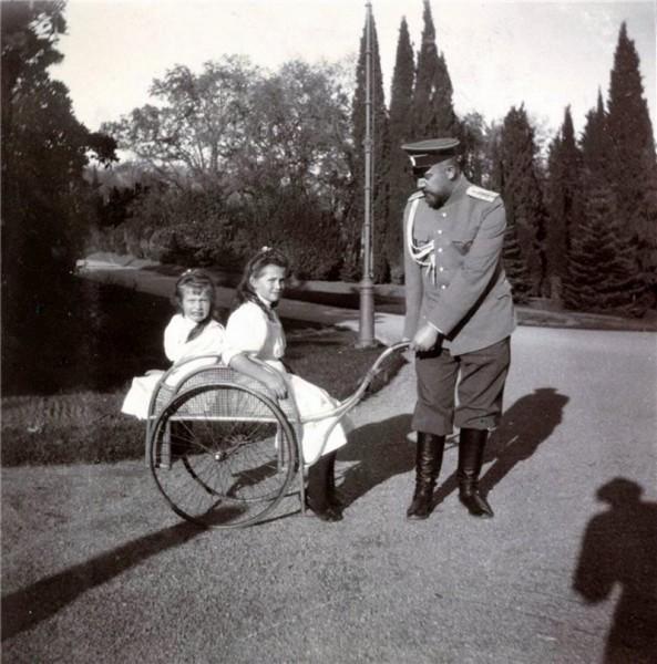 Великие княжны Мария и Анастасия и Евгений Сергеевич Боткин