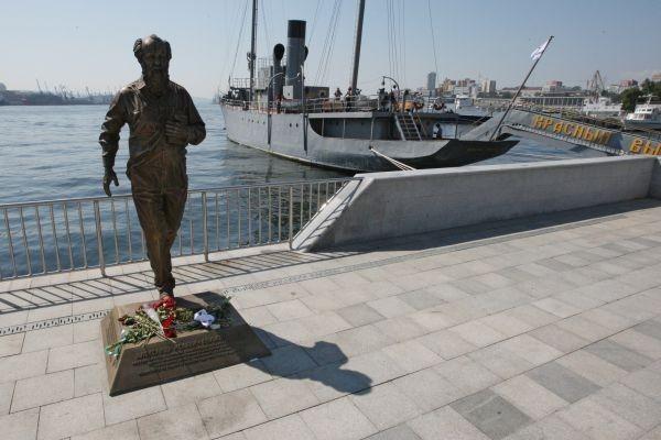Суд прекратил дело против жителя Владивостока, осквернившего памятник Солженицыну