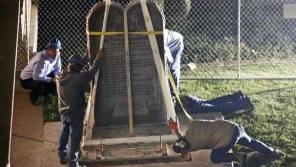 Монумент «Десять Заповедей» был демонтирован в столице штата Оклахома