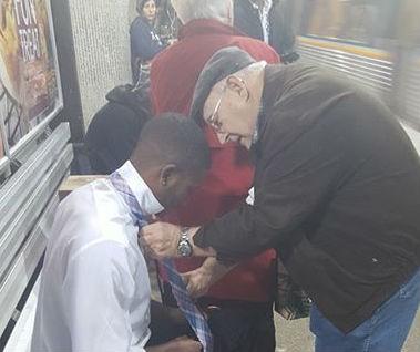 Трогательное фото, где юноше помогают завязать галстук в метро, собрало сотни тысяч комментариев по всему миру