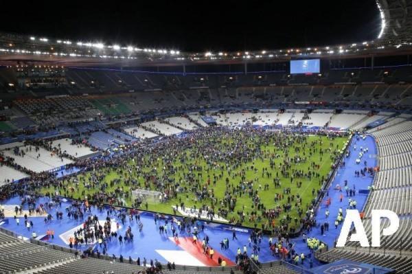 Теракты в Париже: Французы поют Марсельезу во время эвакуации со стадиона