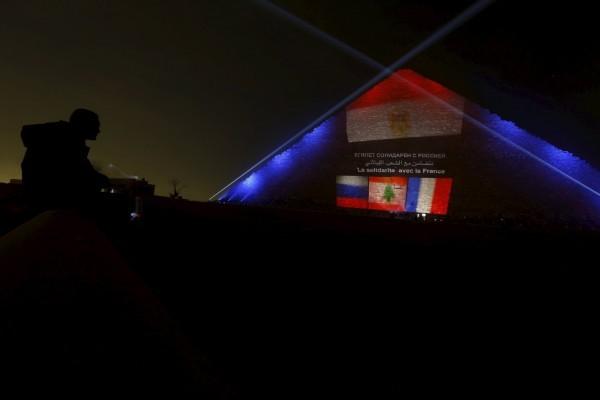 Пирамиду Хеопса осветили цветами флага России, Франции и Ливана